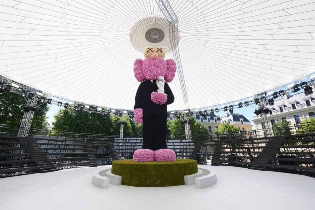 KAWS dla marki Dior. https://www.grailed.com/drycleanonly/kaws-fashion-history