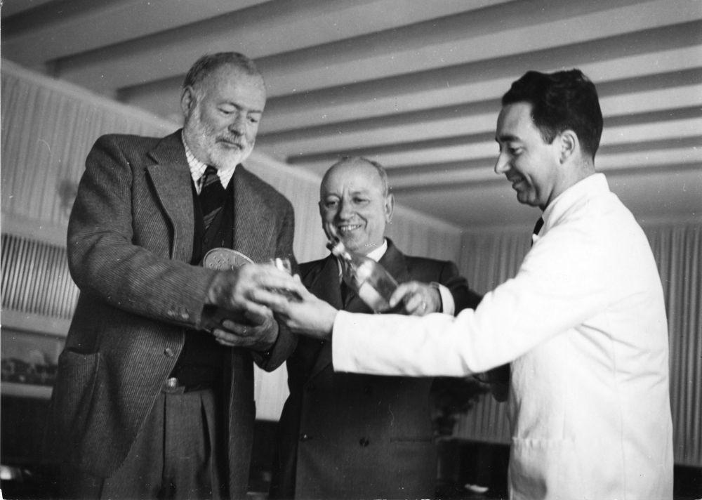 E. Hemingway i G. Ciprani w barze Harry's, lata 50. XX w., źródło: https://stevenewmanwriter.medium.com/a-history-of-harrys-bar-venice-hemingway-s-favourite-watering-hole-ee02929e2d32