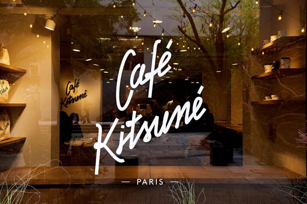 Kitsuné Cafe, Seul, Korea Południowa, źródło: https://hypebeast.com/2018/10/maison-kitsune-seoul-flagship-korean-capsule